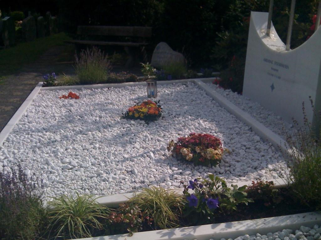 シュトックハウゼンのお墓。この時期はまだ工事中でした。